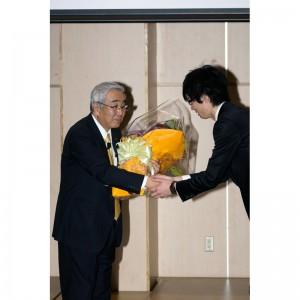 渡辺研究室最後の大学院生他より花束が贈られました