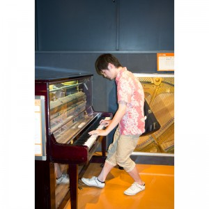 内部の見えるピアノを弾く