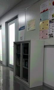人間系教員による著書等を納めた本棚