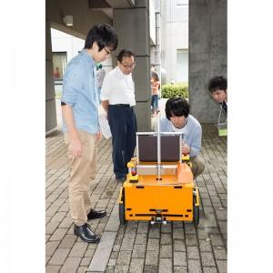 実演に用いるロボットと小林教授、学生さん