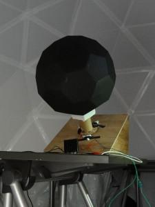 プラネタリウムの内側と投影機